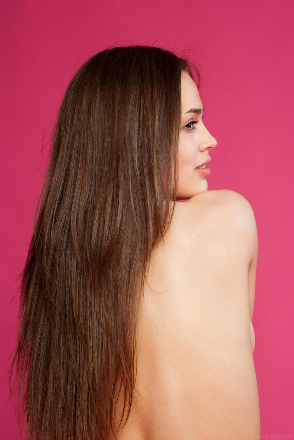 Соблазнительная молоденькая брюнетка Trista A снимает свое платье и показывает узкую киску и сиськи