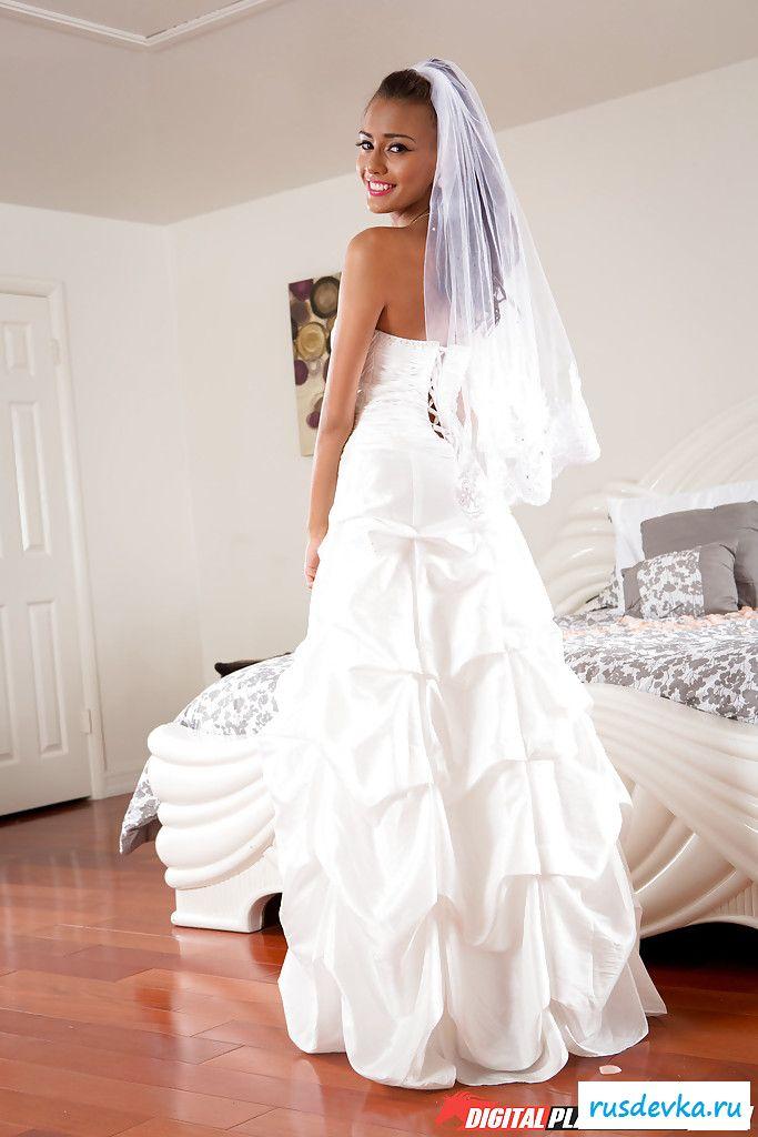 Худенькая куколка раздевается, снимая свадебное платье