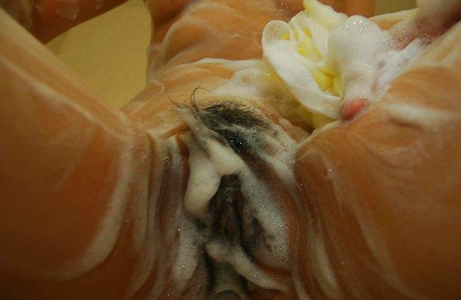 Молодая азиатка моет пизду волосатую в душе
