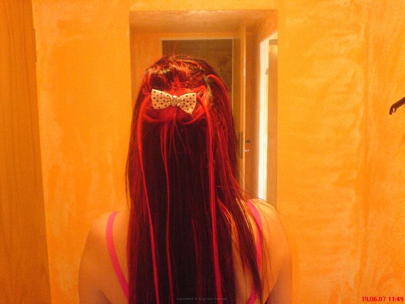 Неформалка с разноцветными волосами показала киску с пирсингом