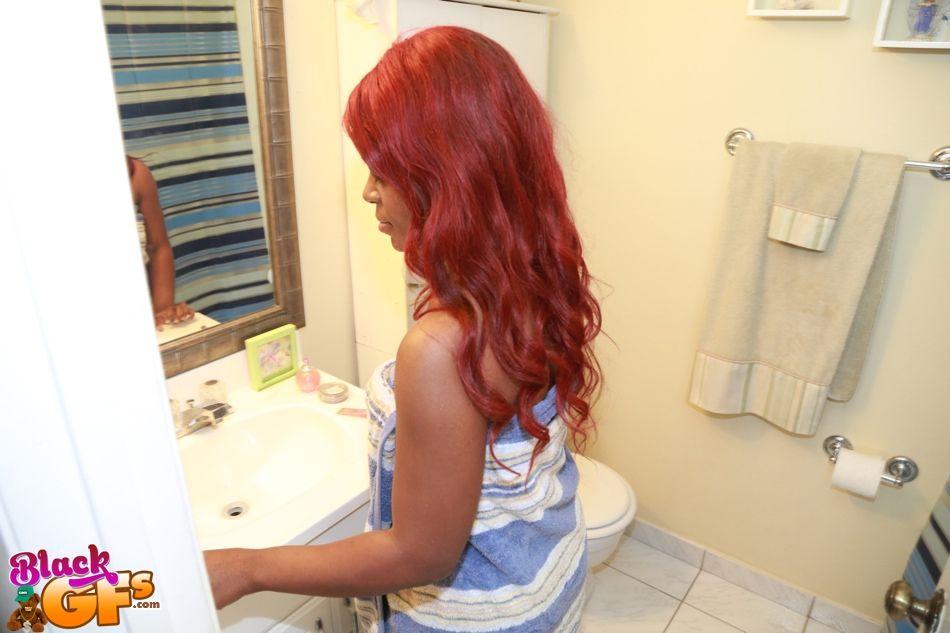 Рыжеволосая негритянка с большими сиськами делает селфи в ванной