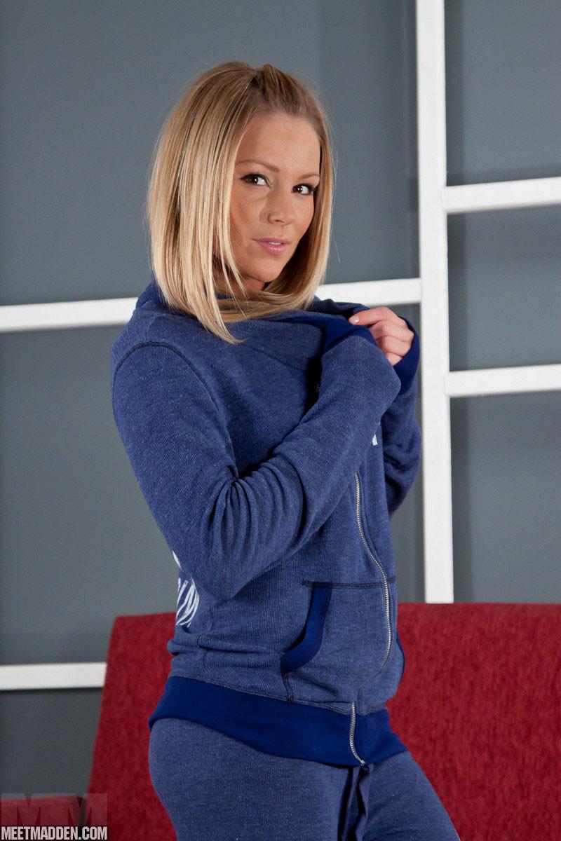 Блондинка раздевается на красном диване