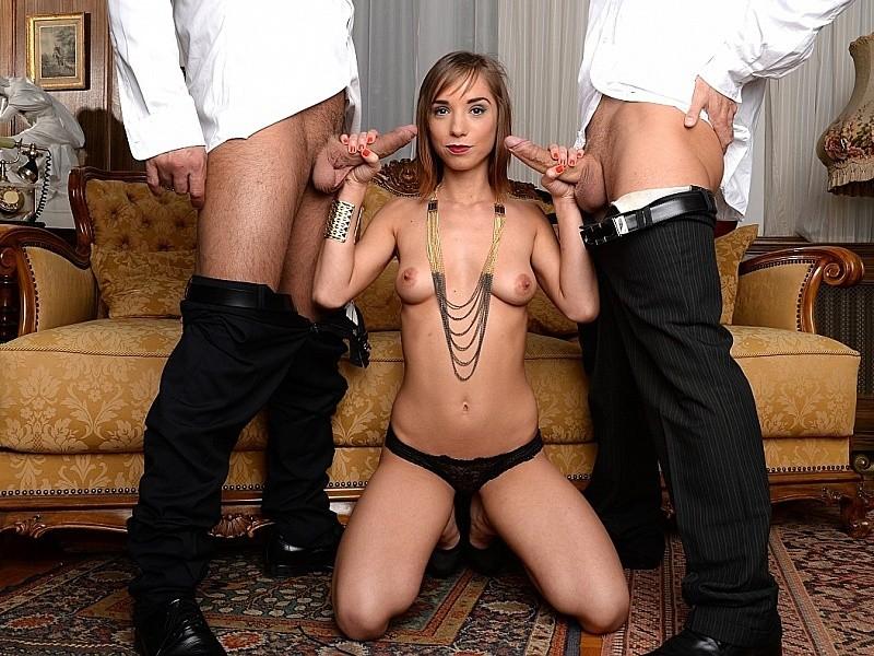 Групповое порево в два больших члена, самка разводит ноги, чтобы мужики пробрались как можно глубже