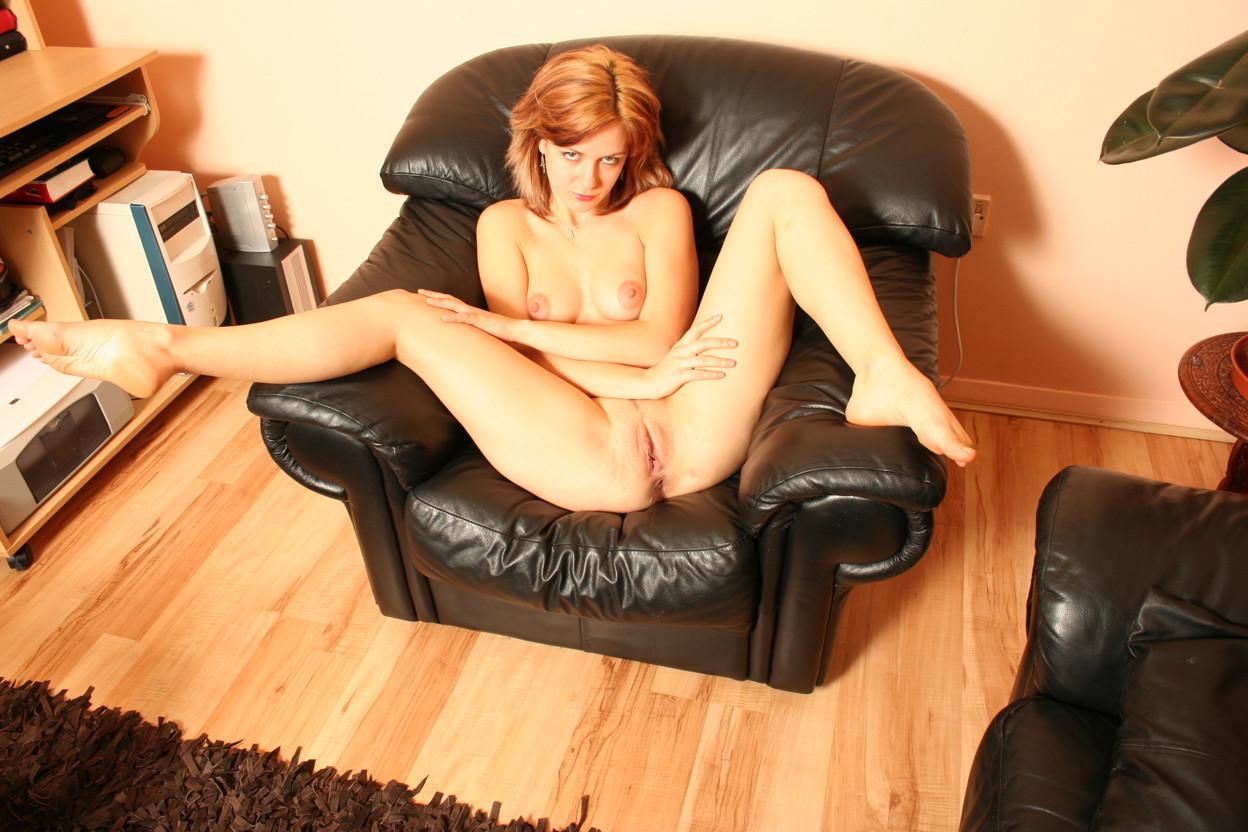 Рыжая латвийка мастурбирует в кресле