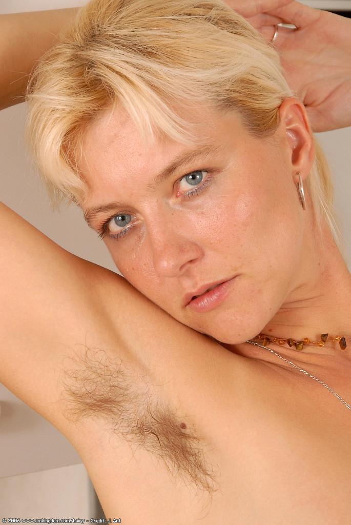 Волосатая пизда и подмышки белокурой немки Штефани