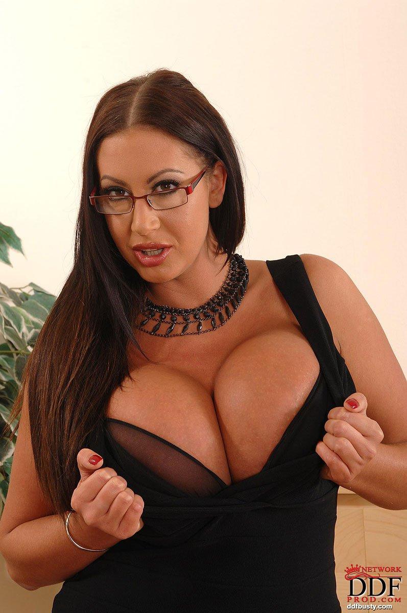 Кудрявая офисная дама Emma Butt с очками дала оттрахать большие груди на столе