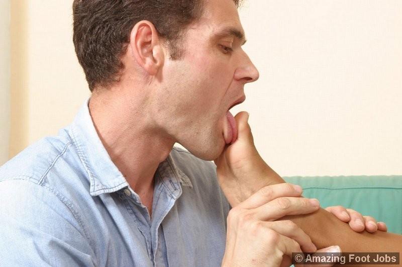 Парень лижет негритоске пальцы ног, а она в это время мастурбирует пизду, сняв трусы