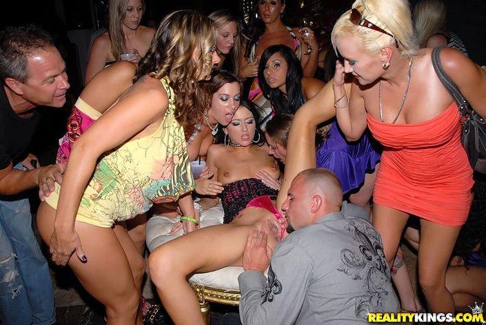 Распущенные девушки задрали юбки и показывают голые письки и упругие жопы, клубный секс