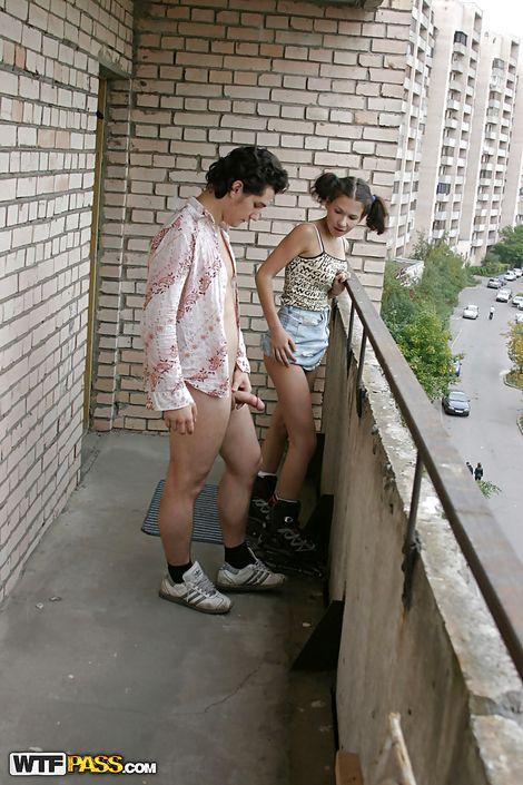 Чувак завел на балкон многоэтажки молоденькую телочку и от души отжарил в общественном месте