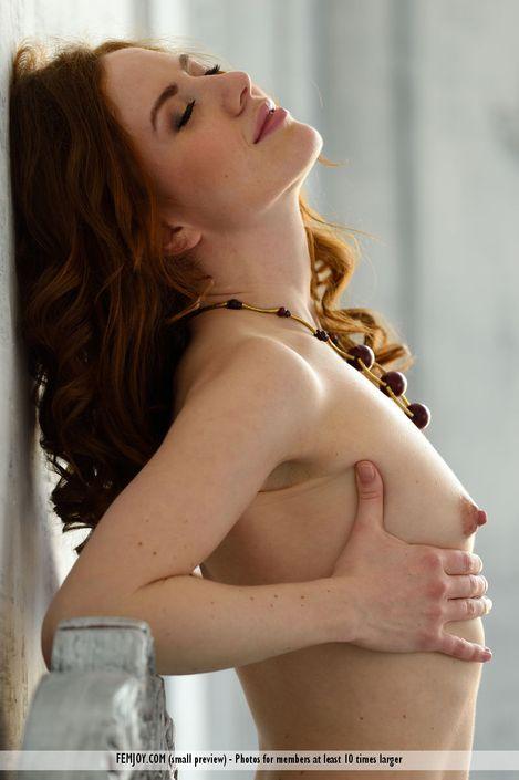 Рыжий волос на пизде молоденькой телки Adel P смотреть порно фото hd