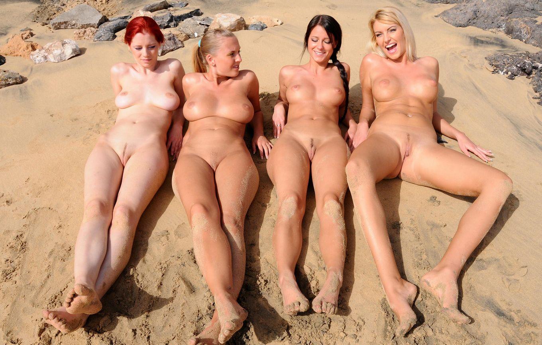 Четыре голые девки на пляже