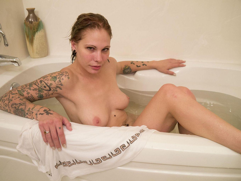 Красивая американская телка с тату не снимая трусиков плескается в ванной