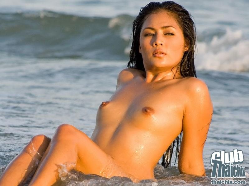 Мокрая эротика и роскошное тело молодой азиаточки