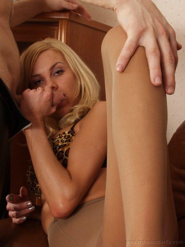 Парень развлекается с худой блондинкой в колготках