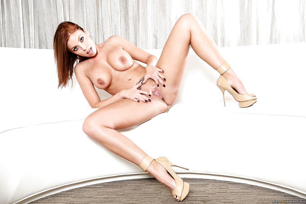 30 летняя особа Britney Amber мастурбирует на диване