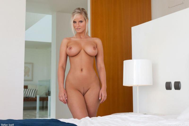 Блондинка из Чехии позирует в нижнем белье и голая