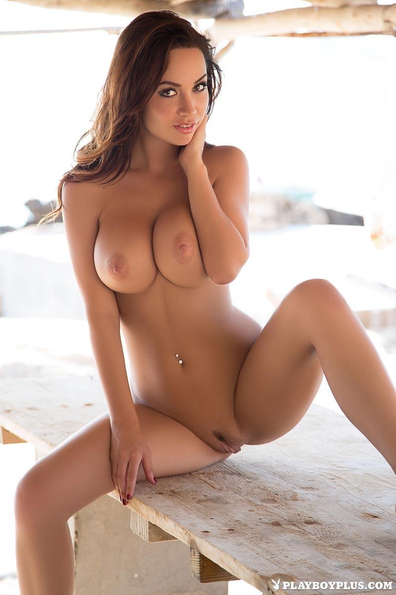 Эриен Левай обладает идеальной фигурой, поэтому ни один мужчина не останется равнодушным к ее красоте