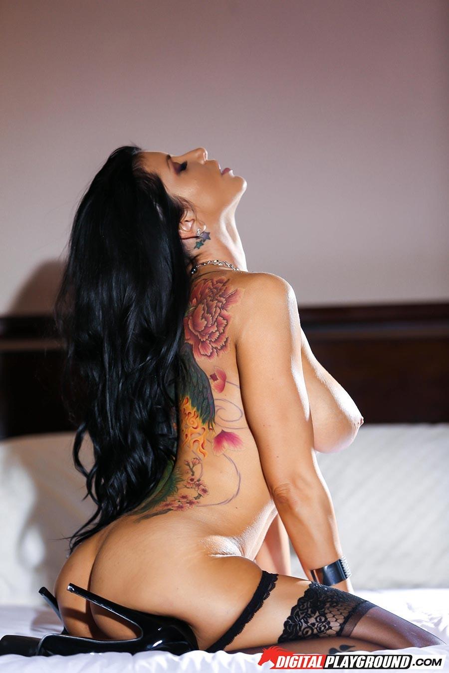 Роми Рэйн очень эротично показывает свою сексуальную фигуру, снимая с себя нижнее белье