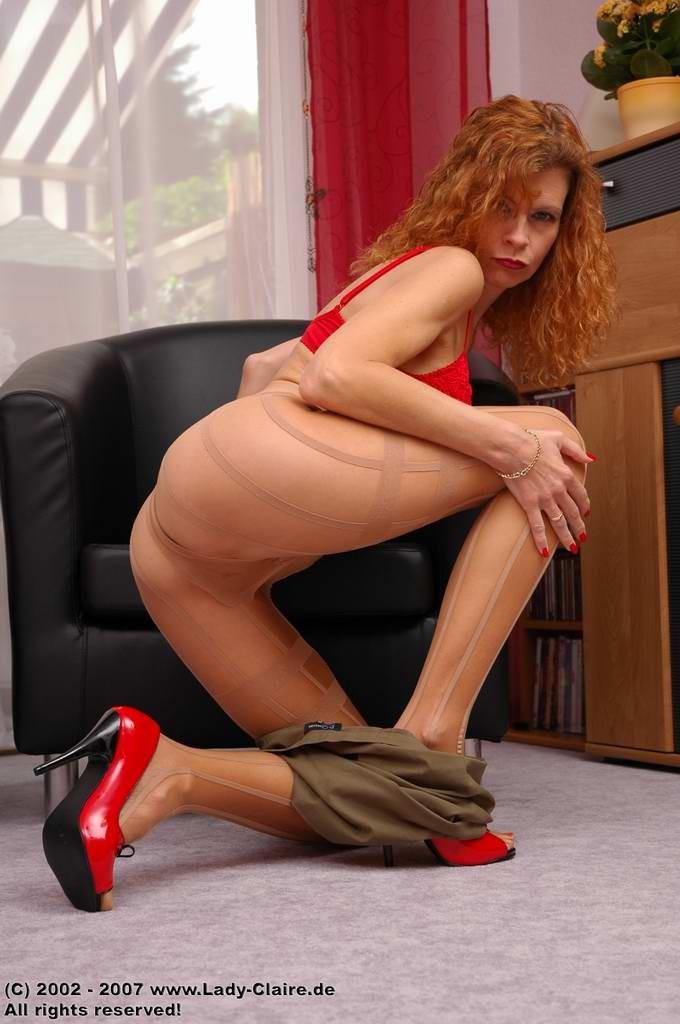 Рыжая дама сняла прозрачные колготки и сунула палец в свою щель