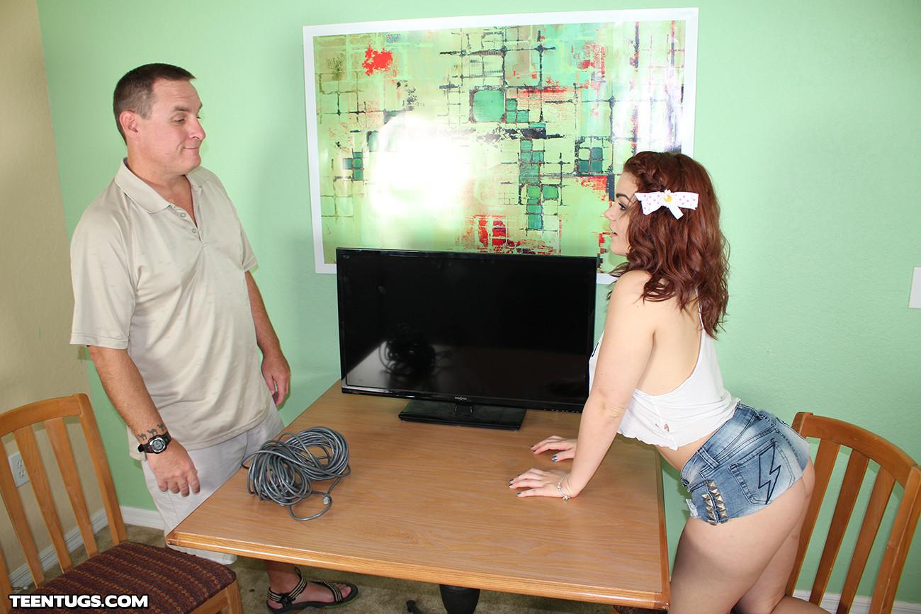 Рыжая девушка дрочит мужчине