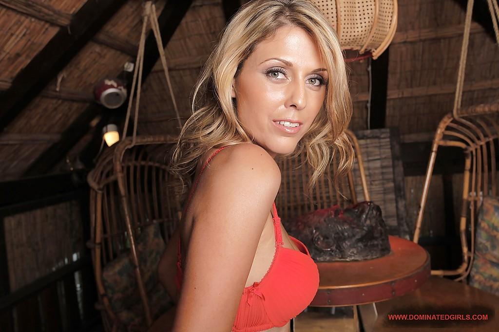 Женщина за тридцать сняла бикини на даче