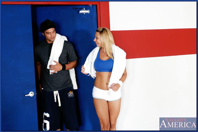 Грудастая блондинка Brianna Beach трахается с тренер по теннису