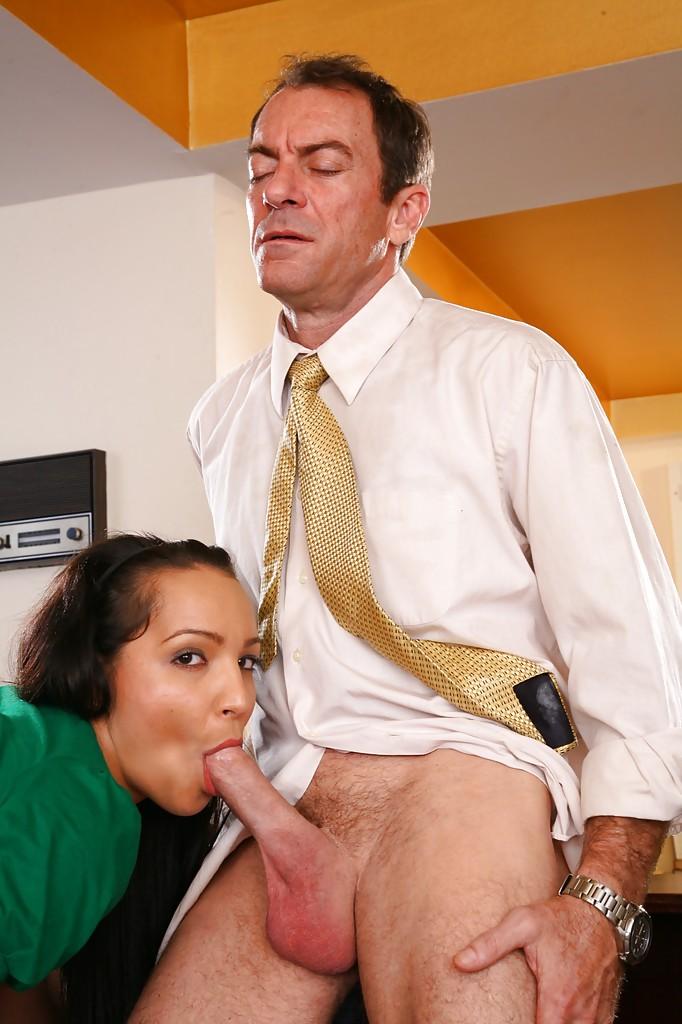 Опытный любовник трахает стройную студентку Sabrina Sweet на спинке кресла