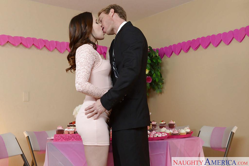 Свидетельница сделала минет жениху на свадьбе и он её трахнул