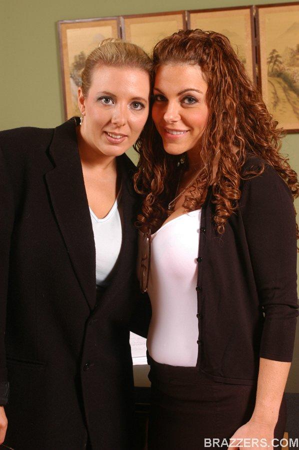 Лесбиянки Victoria Valentina и Kara Nox раздеваются в кабинете
