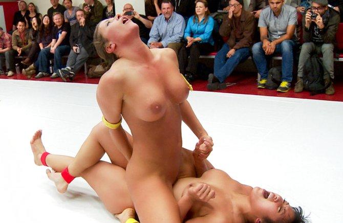 Сильные женщины без трусиков на ринге трутся письками