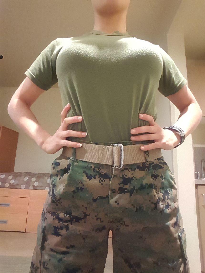 Американская солдатка с большой возбужденной грудью