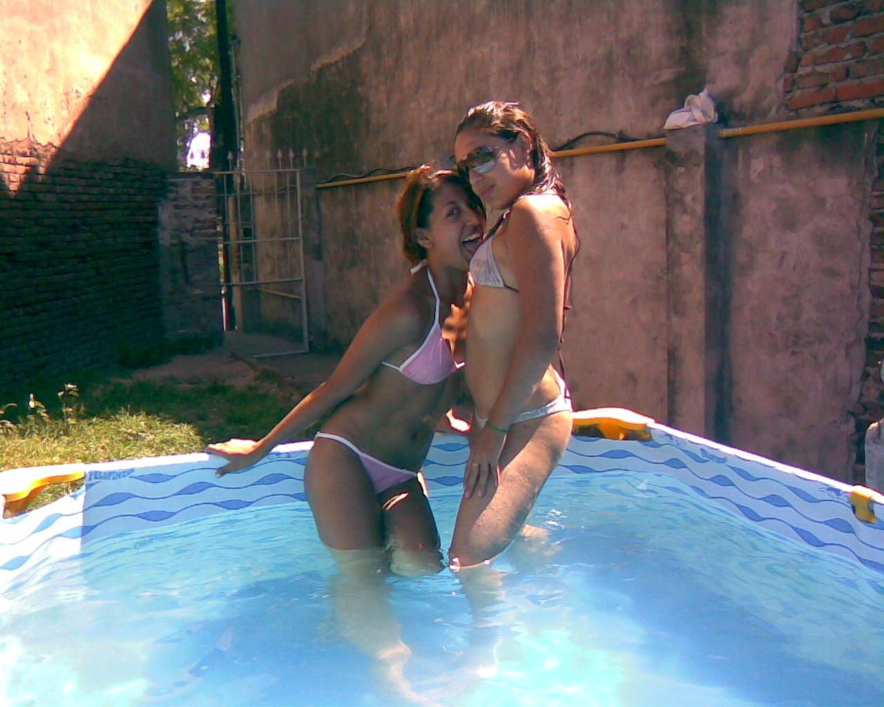 Девки пьют пиво в бассейне