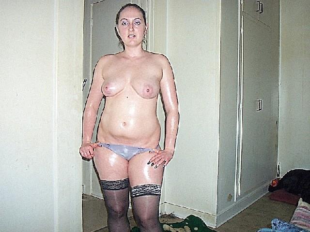 Девушка покрыла себя маслом и начала позировать мужу на кровати