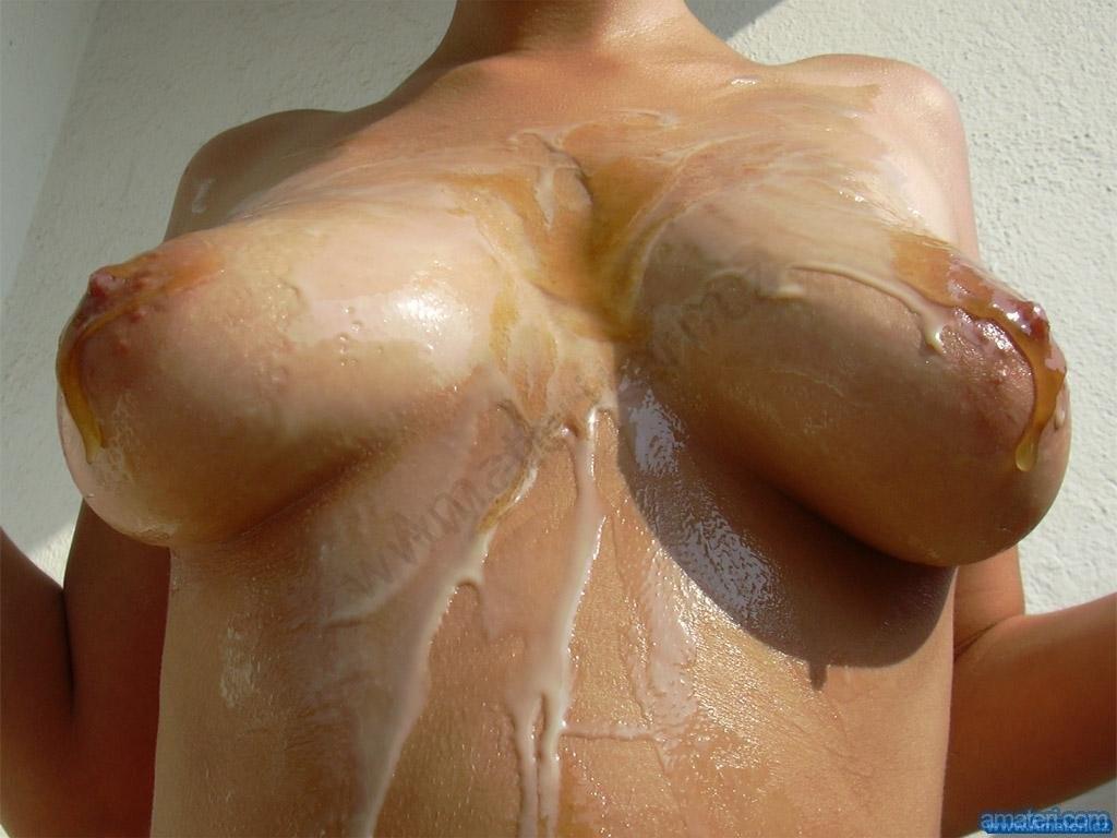 Девушка с хорошими сисечками не показывает свое лицо, зато демонстрирует, как она обливается молоком