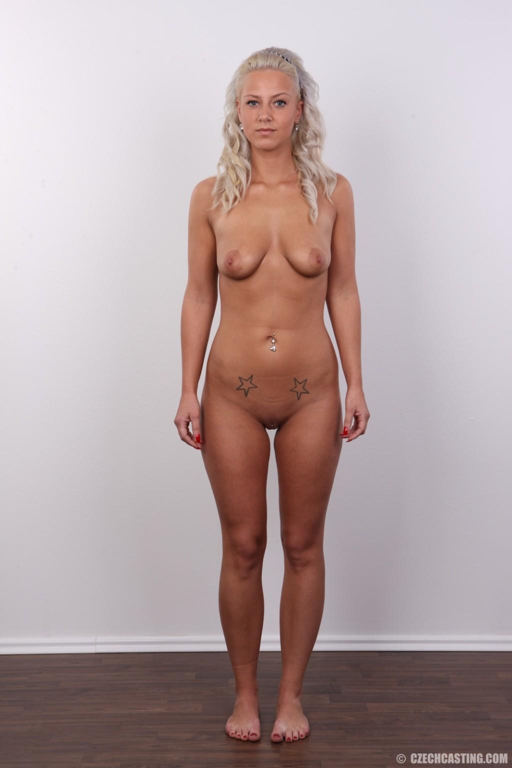 На чешском кастинге сексуальная телка снимает с себя все лишнее и остается обнажена