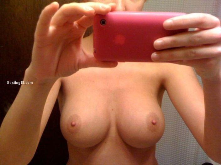 Обнаженные девушки с роскошными сиськами делают порно фото с телефона
