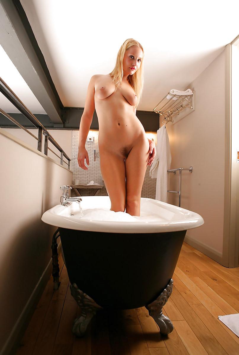 Очаровательная блондинка в пенной ванной