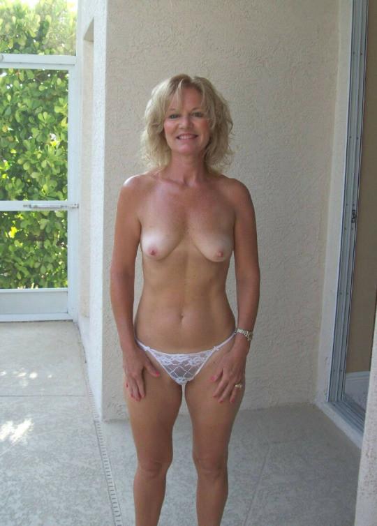 Полуголые женщины в белом