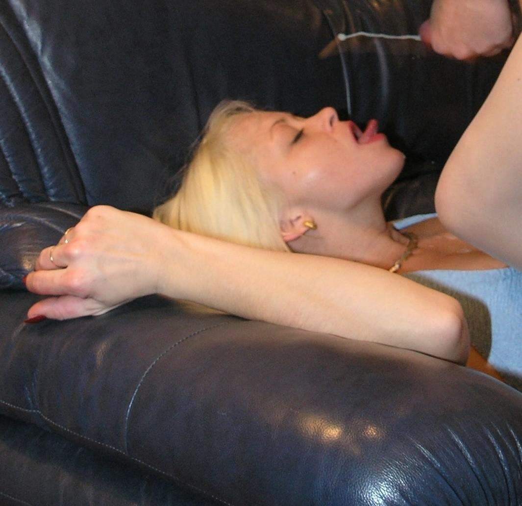 Прекрасная блондинка ебется с мужем и его друзьями