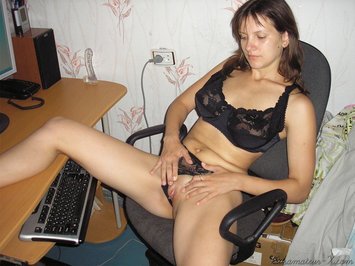 Русская девушка Светлана занимается мастурбацией