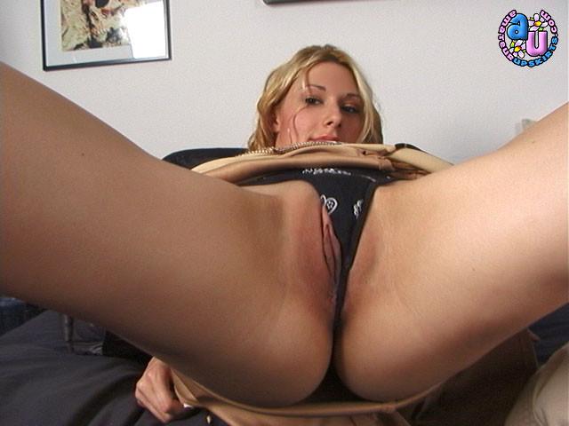 Сексуальная деваха показывает округлые бедра и сладкое анальное отверстие