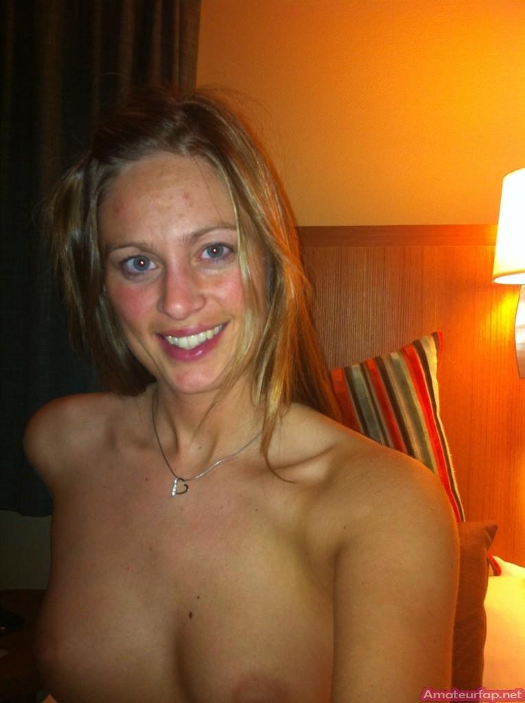 Сексуальная девушка делает откровенные селфи, снимая себя в разных ситуациях, даже с вибраторами