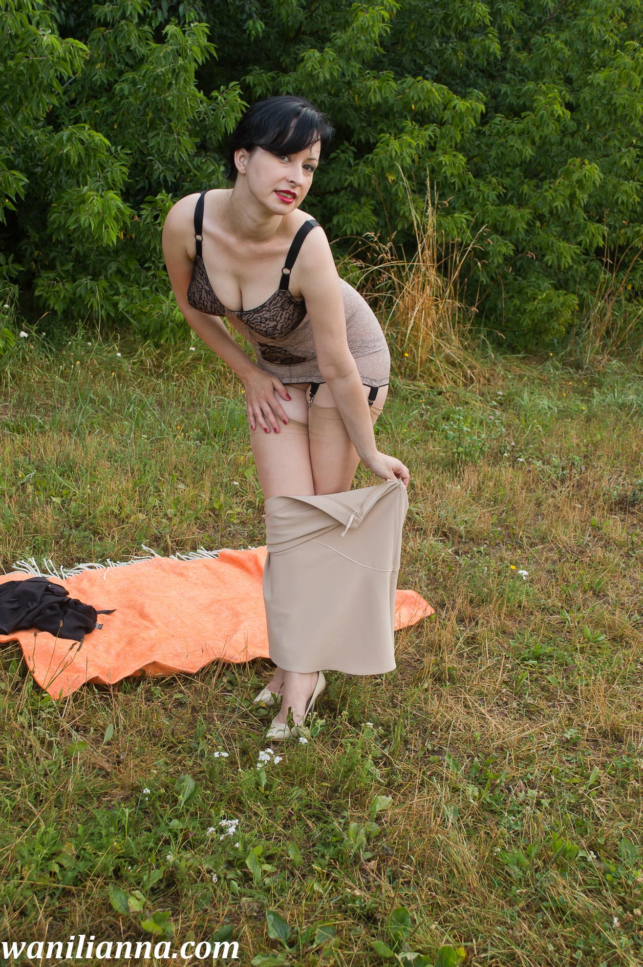 Зрелая брюнетка показывала пизду на загородном пикнике