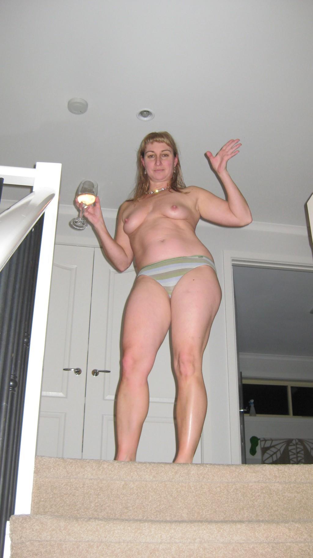 Зрелая ирландка гуляет по дому голая