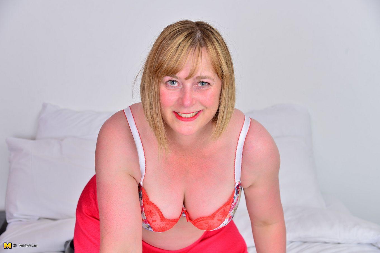 Зрелая женщина тоже хочет почувствовать себя желанной, поэтому раздевается до нижнего белья