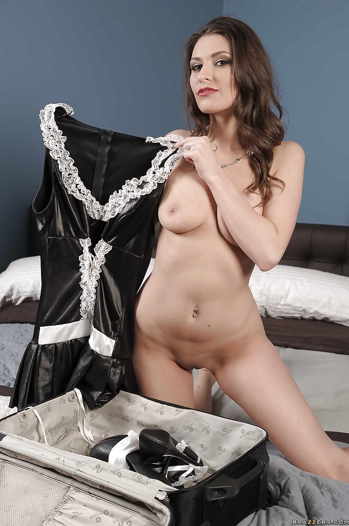 Милфа в униформе служанки раскрывает киску и пылесосит ковер