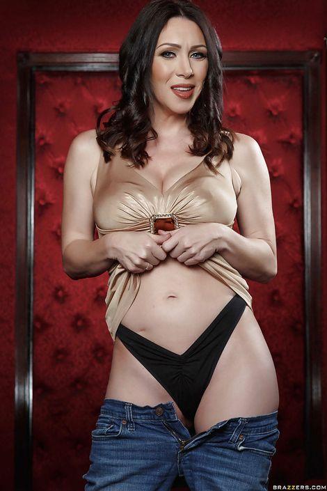 Сексуальная мамаша RayVeness в красивом белье оголяет свою бритую писечку