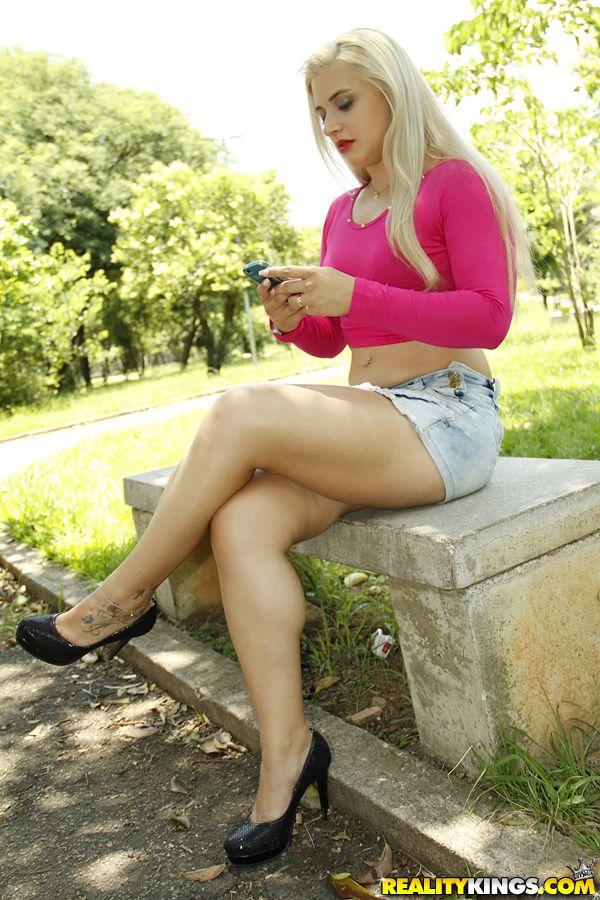 Бразильская блондинка Monica Lima мастурбирует на белой простыне