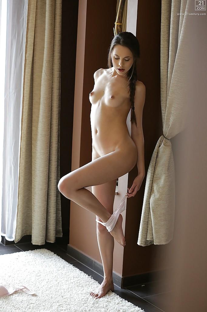 Милая славянка с косой ковыряет пальчиком в письке на полу