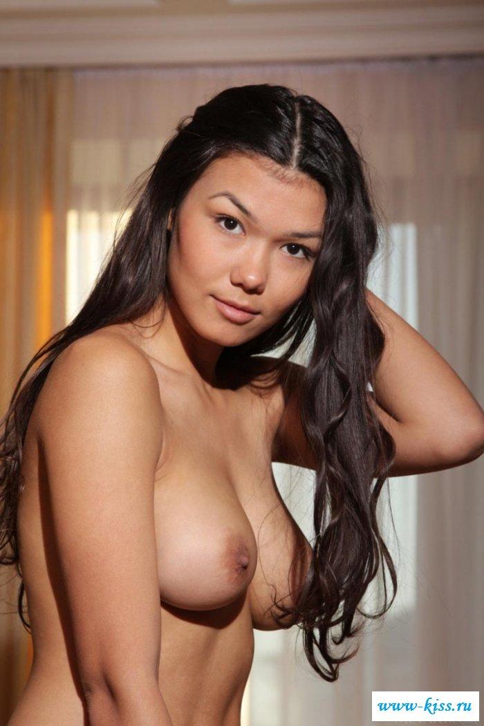 Обольстительная сучка сверкает голыми титьками
